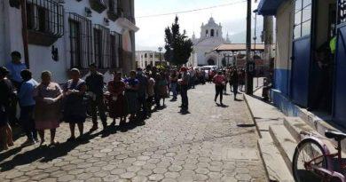 AGLOMERACIONES PARA RECIBIR INSTRUCCIONES EN SAN MIGUEL DUEÑAS, SACATEPÉQUEZ.