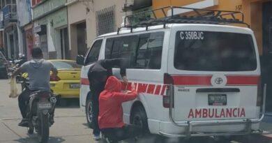 Personas pegan calcomanías a bus ruletero para hacerlo pasar por ambulancia