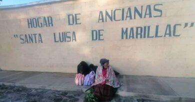 Abandonan a abuelita de 77 años de edad afuera de un asilo y no la dejan entrar
